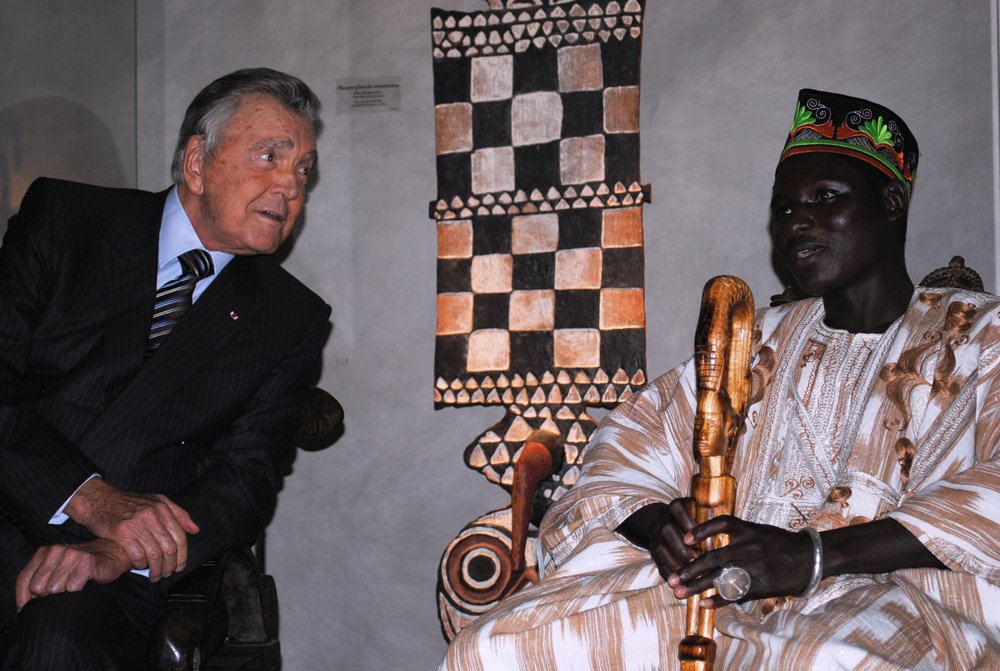 Jean Paul Barbier-Mueller et S.M. Tukpã Batou, roi des Gan. Photo Luis Lourenço.
