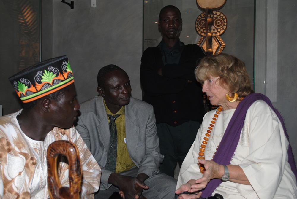 S.M. Tukpã Batou, roi des Gan, accompagné du prince Koffi Farma, du sculpteur Kokonde Farma et Monique Barbier-Mueller. Photo Luis Lourenço.