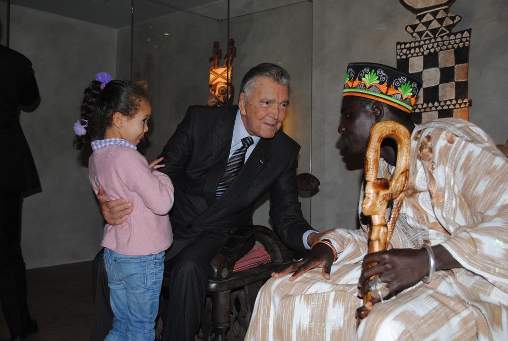 Inès et son grand-père Jean-Paul Barbier-Mueller avec Sa Majesté Tukpã Batou. Photo Luis Lourenço.
