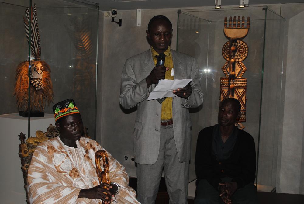 S.M. Tukpã Batou, son porte-parole le prince Koffi Farma et son sculpteur Kokonde Farma. Photo Luis Lourenço.