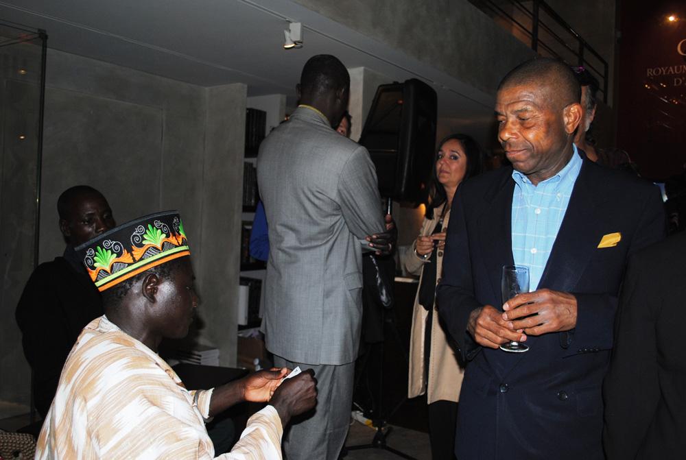 S.M. Tukpã Batou, roi des Gan et le Dr. Edward Kunz, médecin à Versoix. Ce dernier, aussi appelé Nana Kwabena Atu 1er, occupe également la fonction de chef traditionnel du peuple Guan au Ghana. Photo Luis Lourenço.