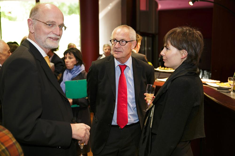 Jean-Frédéric Jauslin, ancien ambassadeur de Suisse auprès de l'Unesco et de la Francophonie, Cäsar Menz, membre du Comité scientifique de la Fondation culturelle Musée Barbier-Mueller et directeur honoraire des Musées d'art et d'histoire de Genève, et une participante.