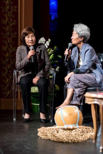 La plongeuse jamnyo Ko Ja Kim nous a fait la surprise de venir de Corée pour participer à la discussion. Ici avec Ok-Kyung Pak. Photo Cyril Menut.