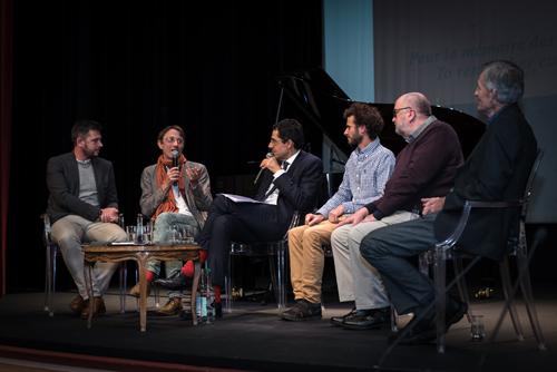 De gauche à droite, le Dr Julien Andrieu, le Dr Cyrille Chatelain, Darius Rochebin, Victor Ammann, le Dr Gustaaf Verswijver et le Dr Denis Ramseyer au Théâtre Les Salons, le 10 décembre 2019. Photo Luis Lourenço.
