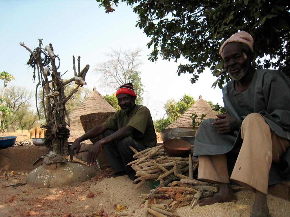 Autel de la terre d'un village du clan Sua (détail). Photo Daniela Bognolo, 2004.