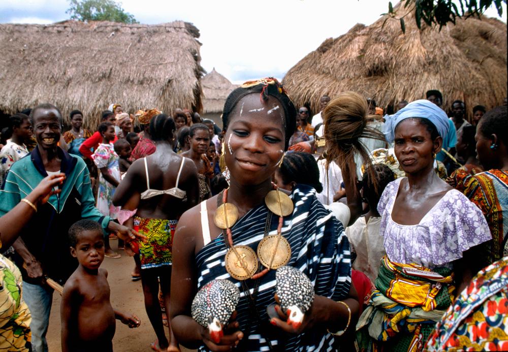 """Jeune fille wan parée de pendentifs et colliers  en or, achetés aux Baule voisins. Cérémonie du """"klin"""". Village de Golipla. Photo Alain-Michel Boyer, 1999."""