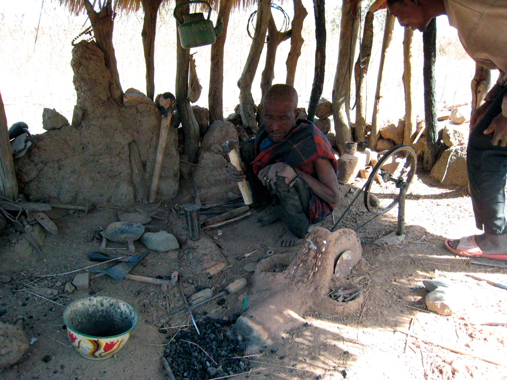 Le forgeron-bronzier Tukpa Ouattara. Sokorone. Photo Daniela Bognolo, 2004.