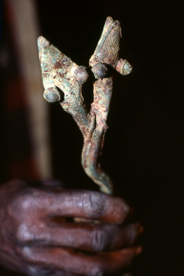 Objet cultuel en forme de serpent à deux têtes, symbole d'une entité spirituelle relevant du matriclan Khãma (détail). Photo Daniela Bognolo, 2001.