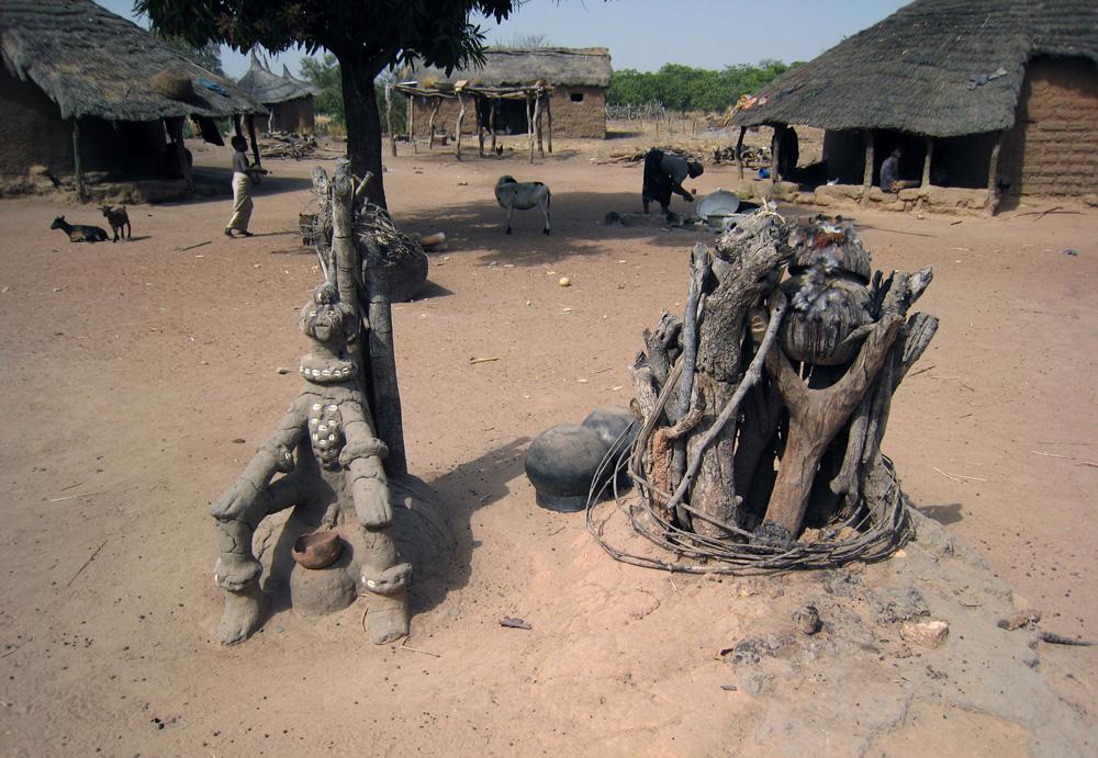 """Autel élevé à un esprit de la brousse """"tani sima"""". Village de Bingasa. Photo Daniela Bognolo, 2005."""