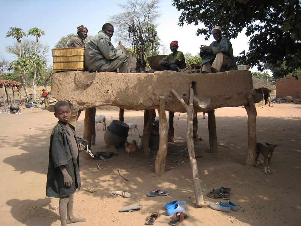 Sacrifice aux défunts sur l'autel de la terre d'un village du clan Sua. Photo Daniela Bognolo, 2004.
