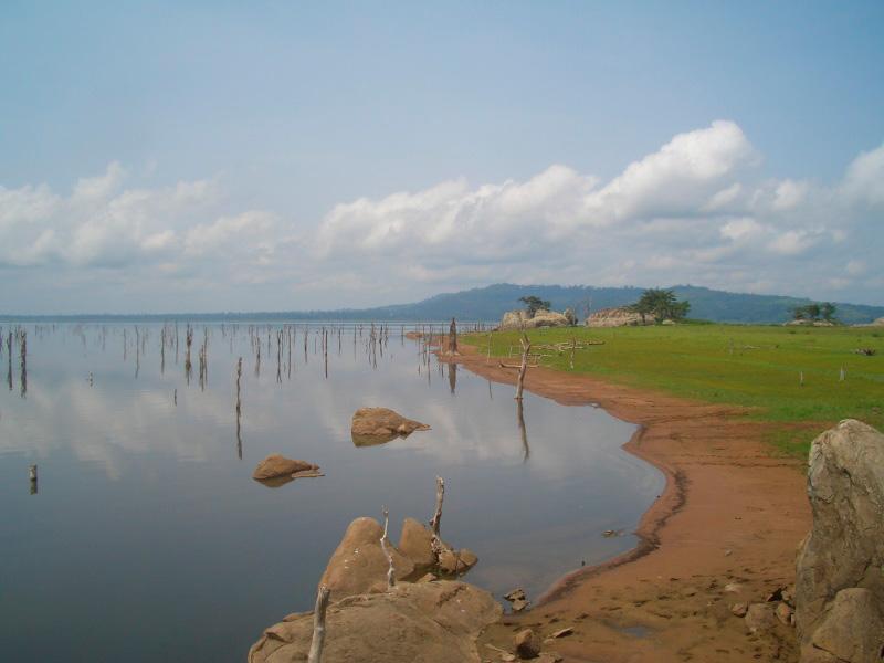 Rives du lac de barrage de Kossou. Photo Jacqueline Boyer, 2014.