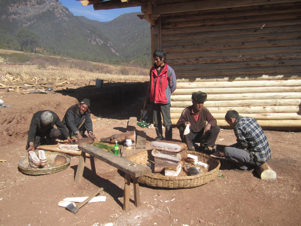 Le gras de porc est une nourriture traditionnelle qui a beaucoup été utilisée en temps de disette. Aujourd'hui, il est un don obligé aux invités pendant les cérémonies du jour de l'An, du mukebu ou du gutch. Photo Pascale-Marie Milan, 2013.