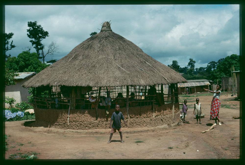 Cuisine traditionnelle en terre de forme circulaire. Photo Denis Ramseyer, 1998.