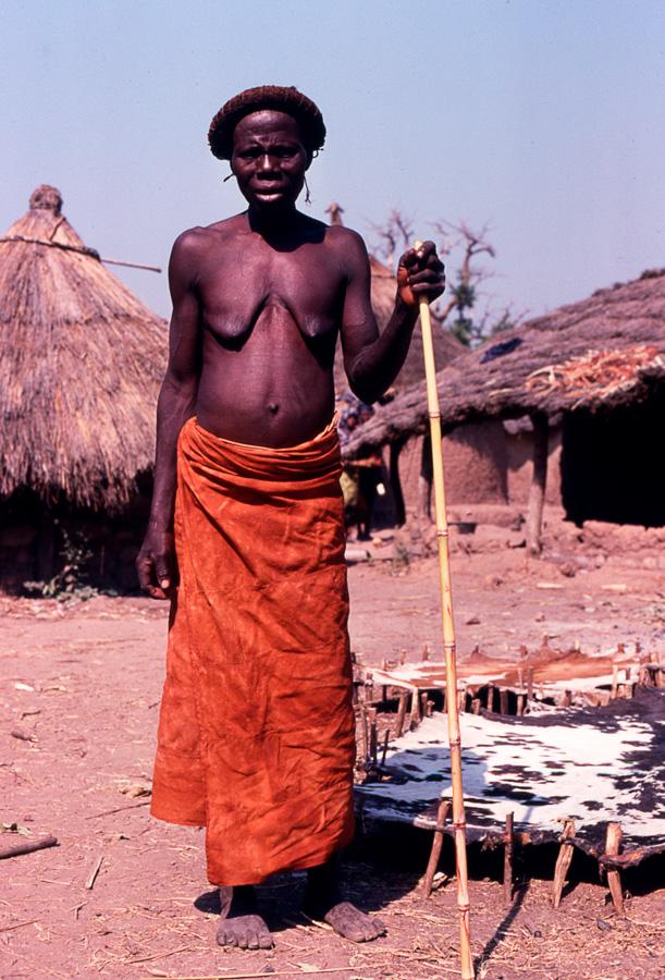 Femme gan en tenue de veuve. Village de Sogothã. Photo Daniela Bognolo,1992.