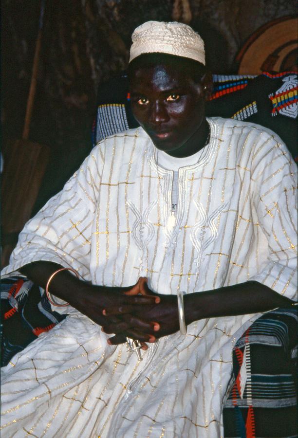 Sa Majesté Tukpa Batou, 29e roi des Gan. Cour d'Opíré. Photo Daniela Bognolo, 2003.