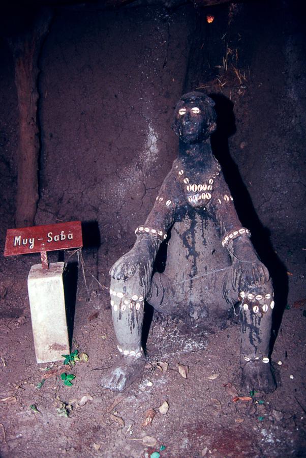 Statue autel du 25e roi Munyí-Sáabà. Photo Daniela Bognolo.