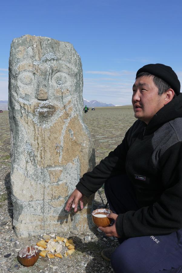 Amyr honore les ancêtres par le biais d'un balbal (ou baba de pierre), sculpture d'un guerrier tenant une coupe. La signification exacte de ces « pierres coupées » (kezertaš), communes dans la steppe eurasienne, reste encore incertaine, Koš-Agač. Photo Clément Jacquemoud, 2014.