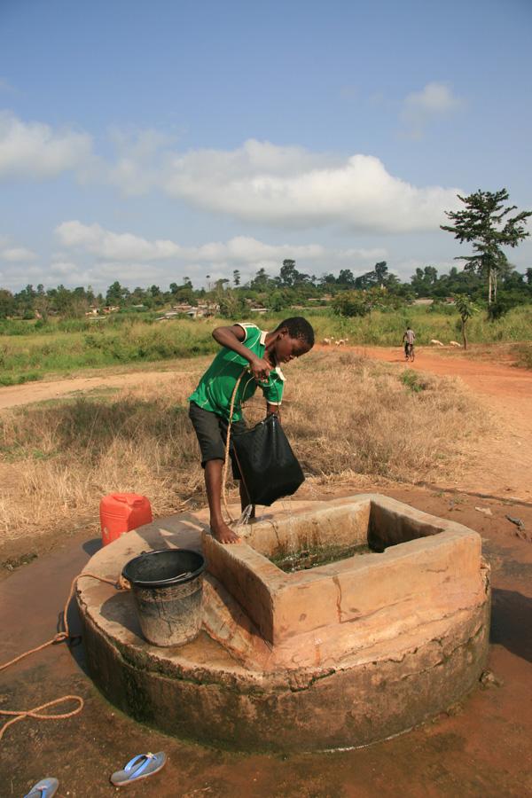 Le puits collectif de Brouafla-Kouya. L'eau est toujours présente au fond des puits, mais sa qualité a baissé. Elle est souvent limoneuse et les risques de pollution des nappes phréatiques de plus en plus forts à cause des engrais chimiques utilisés par les planteurs locaux. Photo Denis Ramseyer, 2016.