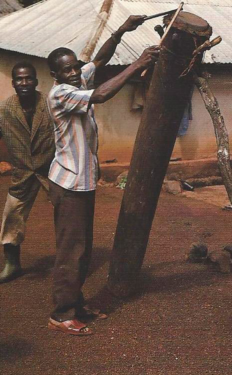 """""""Kuli pro"""". Grand tambour de cérémonie. La membrane de peau d'antilope, choisie pour ce tambour, est sacrée à tel point que, lors d'un rituel, elle ne peut être touchée par une main nue. Bokassou. Photo Alain-Michel Boyer. 1989"""