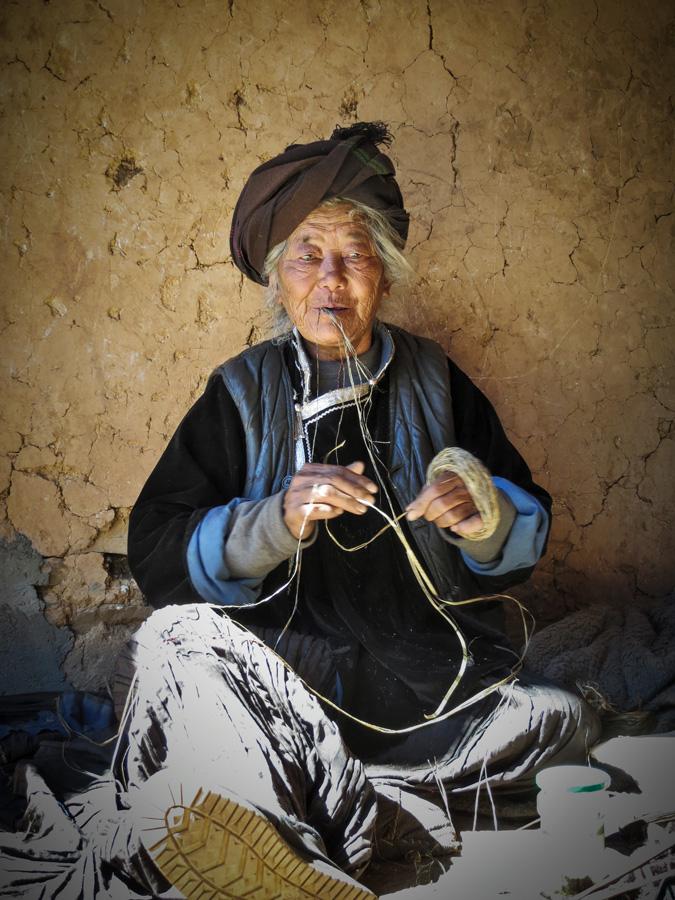 Une grand-mère na en train de filer du chanvre. Photo Pascale-Marie Milan, 2013.