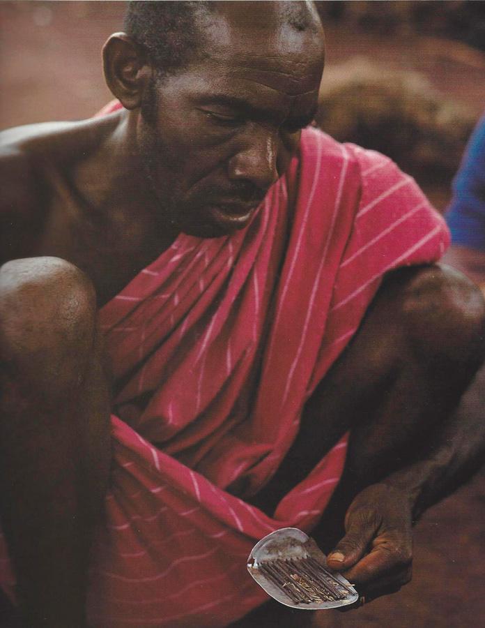 La lecture de l'oracle à souris demande une concentration intellectuelle aussi intense que le déchiffrage d'un manuscrit pour un spécialiste du sanscrit. Zégata. Photo Alain-Michel Boyer, 1989.