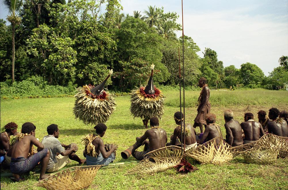 """Danse de masques des """"tombuan"""" Timpai (à gauche) et Togiligili (à droite). Verambif, village de Natong. Photo Antje S. Denner, 2001."""