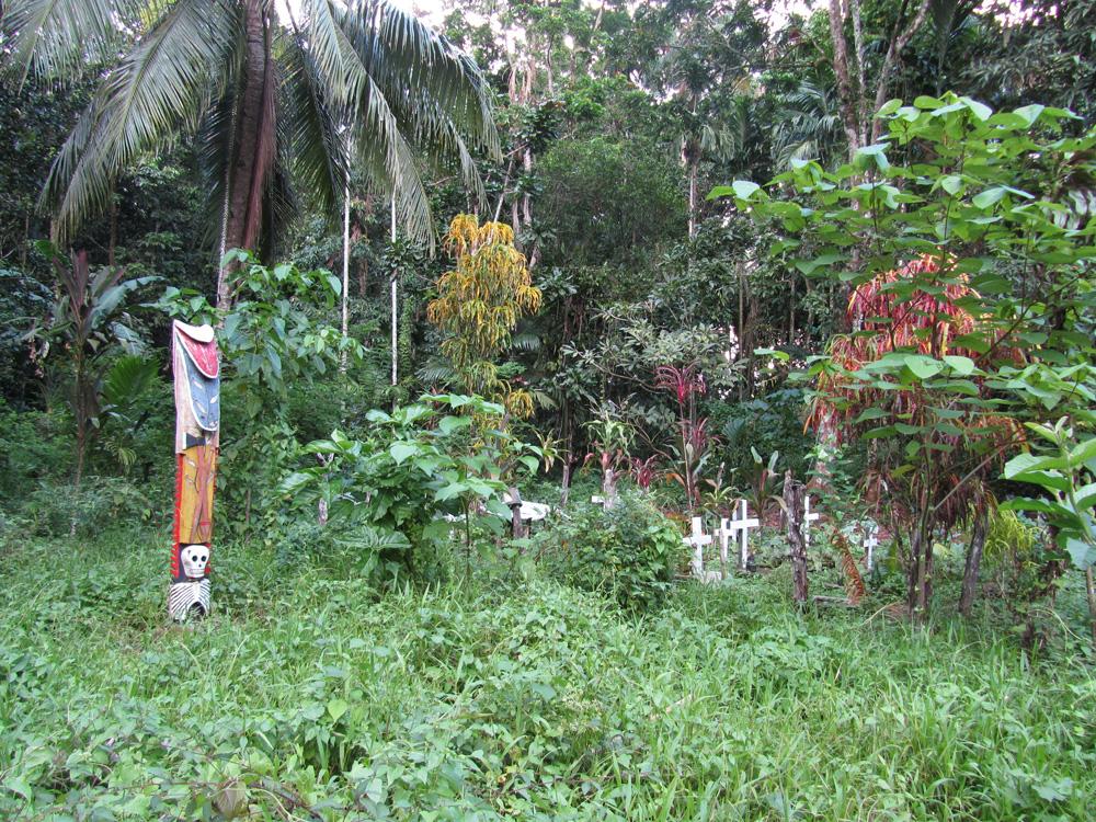 Cimetière et poteau sculpté provenant d'une ancienne maison cérémonielle à Malerokai. Village de Balngit. Photo Antje S. Denner, 2011.