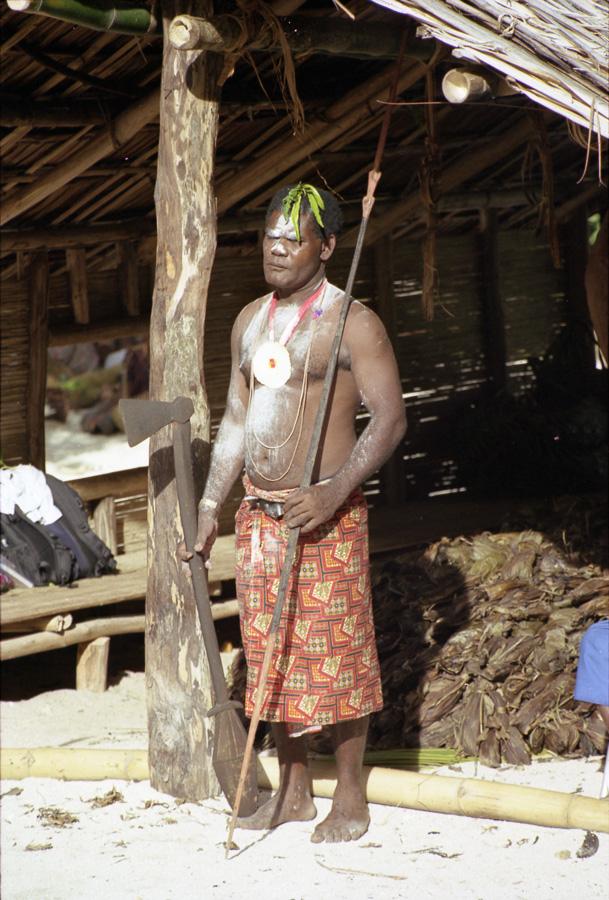 """Bernard Sinang portant les objets traditionnels de son groupe lors d'une cérémonie """"am furis"""" à Matambi dans le village de Bulam. Photo Antje S. Denner, 2001."""