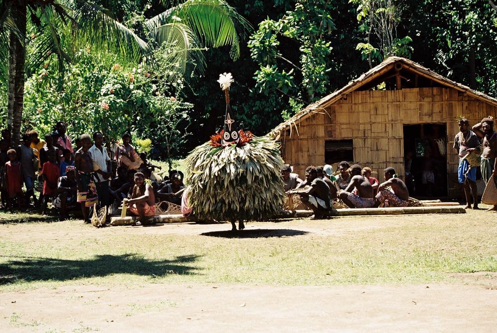 """Spectacle du """"tombuan"""" Kanai lors d'une cérémonie funéraire dans le village de Warantaban. Photo Antje S. Denner, 2002."""