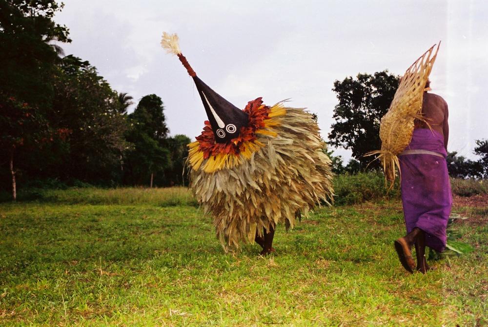 """Joachim Tokas dans le rôle du gardien du masque lors d'une danse """"tombuan"""" à Verambif, village de Natong. Photo Antje S. Denner, 2001."""