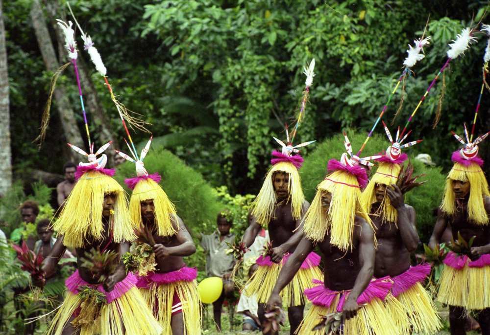 """Danseurs du village de Banakin présentant une danse """"tangwan lor"""" à l'occasion de l'inauguration de l'église pentecôtiste de Nanlel. Village de Galisu. Photo Antje S. Denner, 2001."""