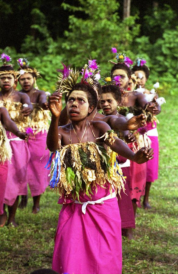 """Danseurs """"paparip"""" portant une forme courante de coiffure représentant un type d'oursin appelé """"ansalen"""". Village de Natong. Photo Antje S. Denner, 2001."""