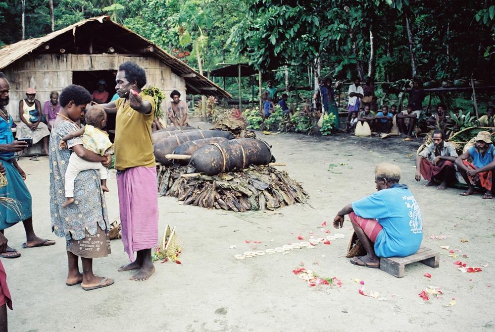 """Paiement rituel du prix de la fiancée, ou """"fele wok"""", dans le village de Warambana. Photo Antje S. Denner, 2000."""
