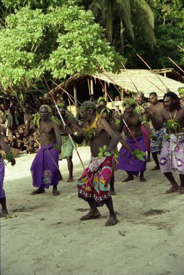 """Chœur """"am furis"""" exécutant une danse de la lance. Silalangit, village de Balngit, 2001."""