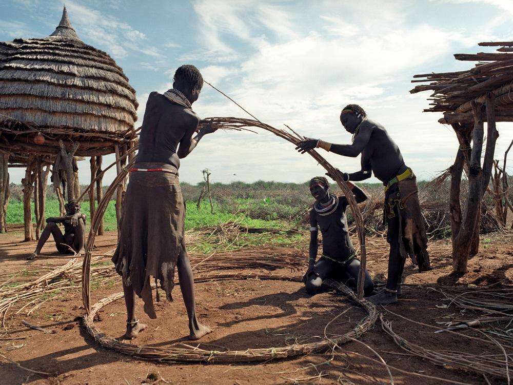Femmes toposa (Ngikor) construisant un nouveau grenier. Photo Gustaaf Verswijver.