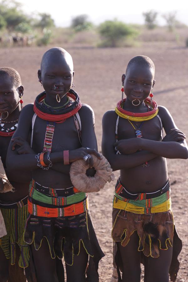 Les règles claniques (nyetal) dictent la couleur de la peau de chèvre dont doit être fait le tablier nyadol (Toposa-NgiKor). Photo Gustaaf Verswijver.