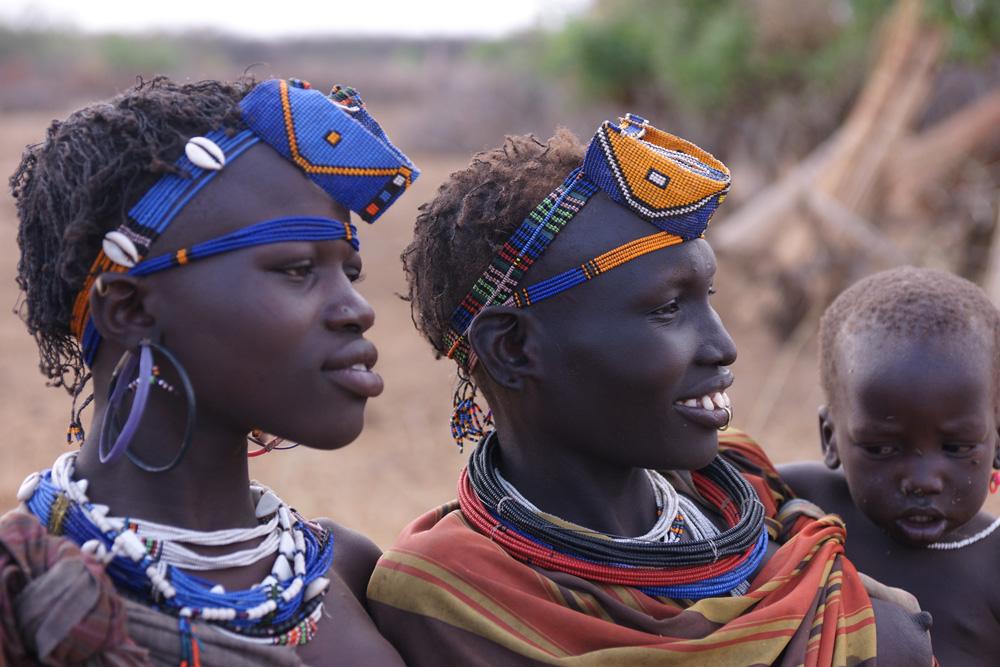 C'est seulement depuis quelques années que les Jiye arrivent facilement à se procurer des perles de verre. Les nyepite (« coutumes tribales ») ont dernièrement été adaptées pour incorporer certaines parures en perles de verre (bandeaux et décorations frontales) dans la tradition jiye (Jiye-NgiTarakabun). Photo Gustaaf Verswijver.