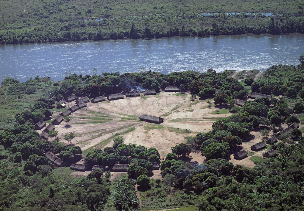 Vue aérienne d'un important village kayapo : la maison des hommes se trouve au centre de la grande place. Mekranoti. Photo Gustaaf Verswijver, 2003.