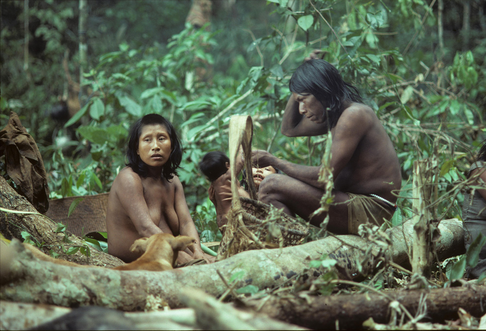 Famille kayapo en expédition dans la forêt amazonienne. Photo Gustaaf Verswijver,1975.