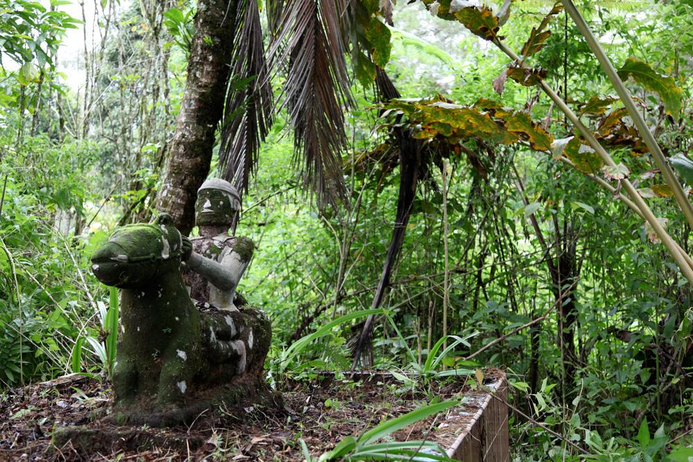 """Statue commémorative en pierre (""""mejan"""") de Raja Ompu Pajahit Kesugihen, ancêtre à la quatrième génération de l'informateur Rumang Kesugihen, né vers 1902. Le village de Si Amborgang, où cette sculpture se trouve, est un des premiers villages kalasan en venant de Dolok Sanggul. Le sculpteur aurait été un """"datu panggana"""" (magicien sculpteur) toba, membre du clan Sihotang, dont les Kesugihen-Hasogihon sont issus. La statue présente de nombreuses restaurations en ciment. Photo Helder Da Silva, 2011, abm-archives barbier-mueller."""