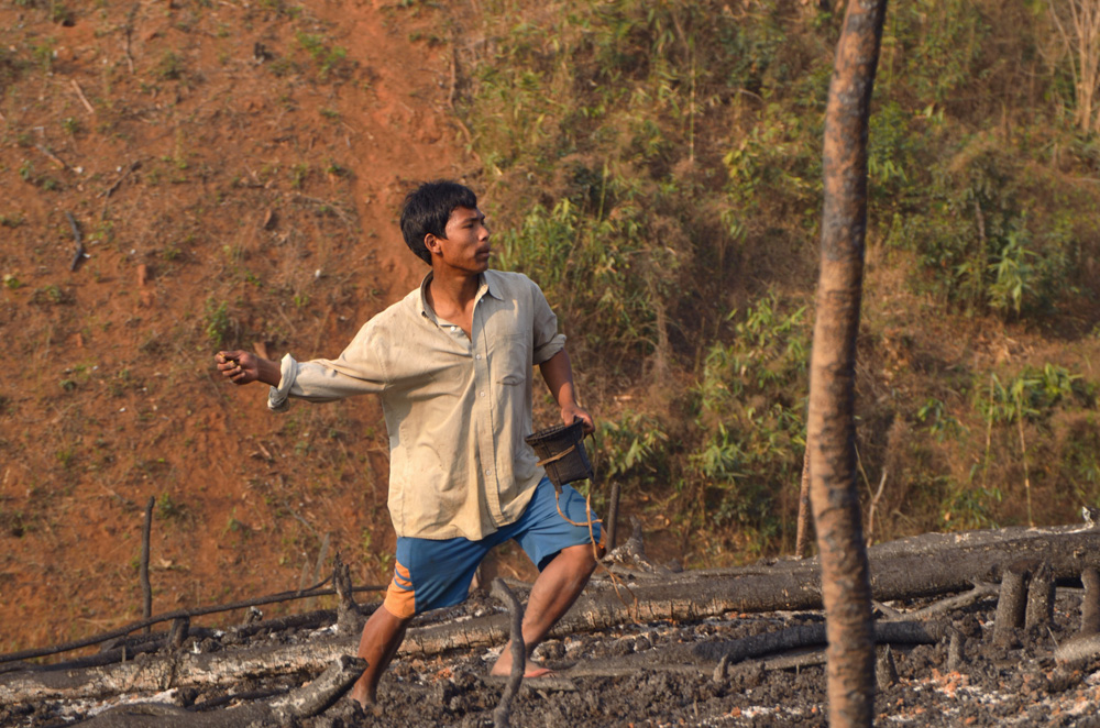 Villageois de Mangdugri jetant des graines (de millet, d'aubergine, de melon et de gourde blanche). Photo Timour Claquin Chambugong, 2012.