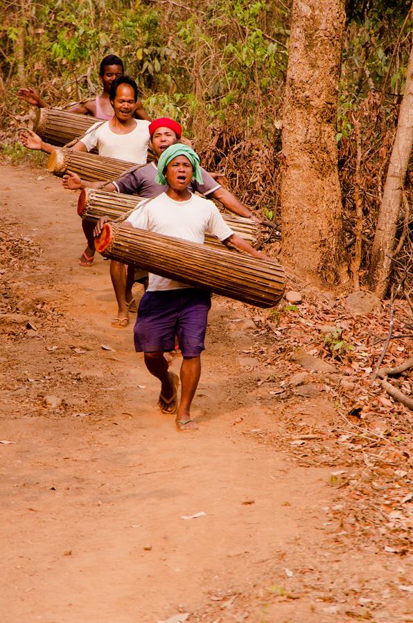 Percussionnistes garo songsarek sur le chemin entre deux maisons à visiter. Photo Timour Claquin Chambugong, 2012.