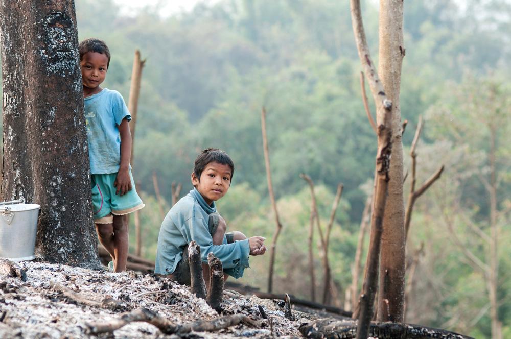"Enfants venus dans les champs le matin du ""a si roka"". Photo Timour Claquin Chambugong, 2013."
